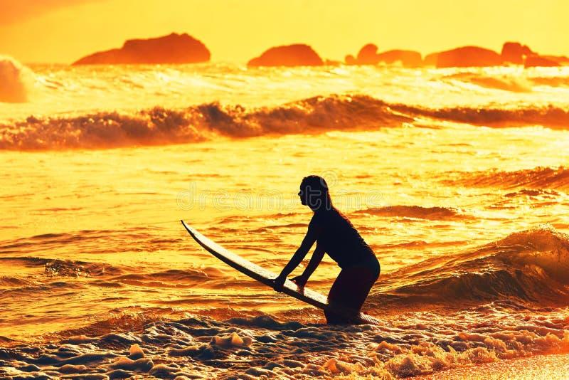 Schattenbild des Surfermädchens stockfoto