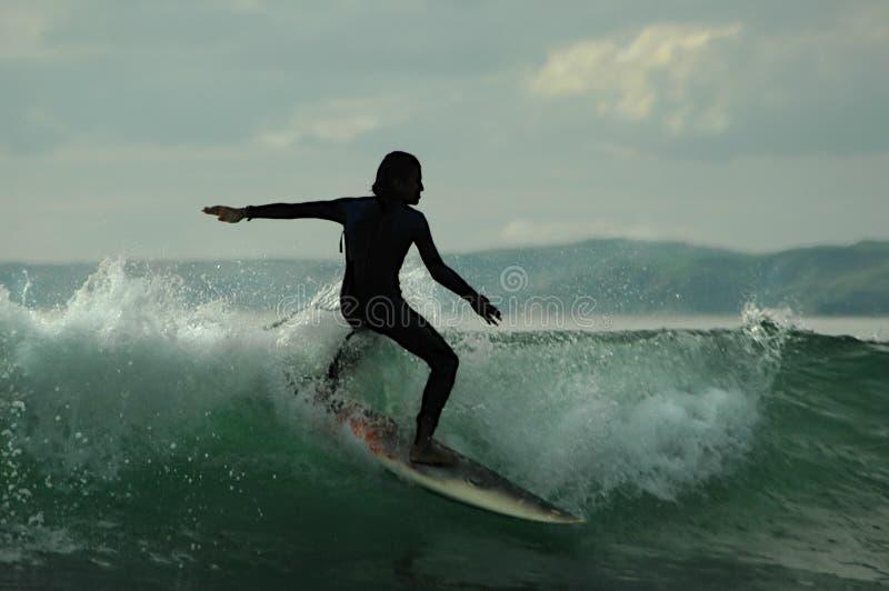 Schattenbild des Surfers lizenzfreie stockfotos