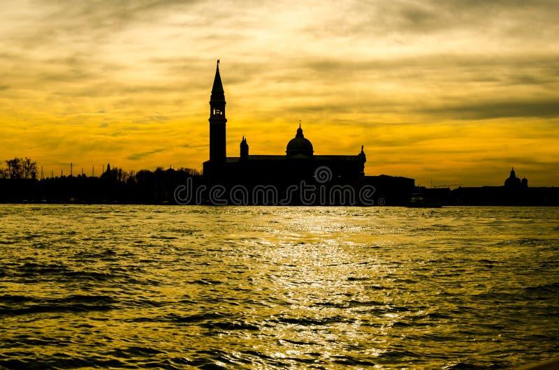 Schattenbild des traditionellen hübschen Kirchenkomplexes auf dem Kanal in Venedig, Italien lizenzfreie stockfotos