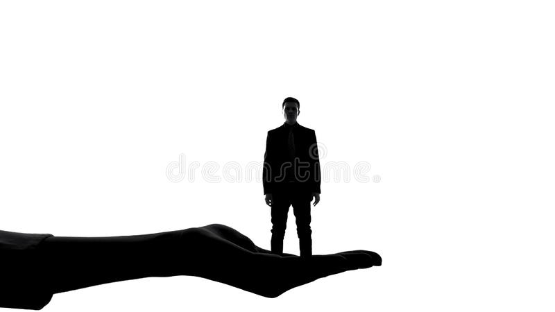 Schattenbild des weiblichen Handholdingmannes, die Berechtigung der Frauen, Herrschaftsmanipulation lizenzfreie stockfotografie