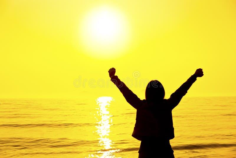 Schattenbild Einer Frau, Die Bei Sonnenuntergang Sich