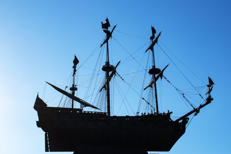 Schattenbild einer Fregatte auf einem blauen klaren Himmel Drei-bemastetes Segelschiff hochfliegend in der Luft stockfotografie
