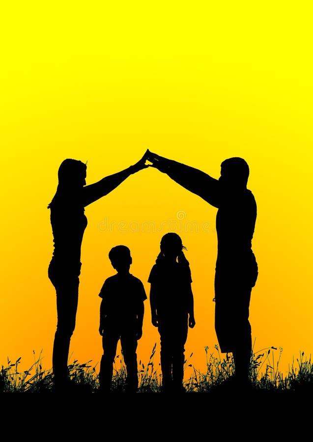 Schattenbild einer glücklichen Familie, die das Hauptzeichen bei Sonnenuntergang macht stockbilder