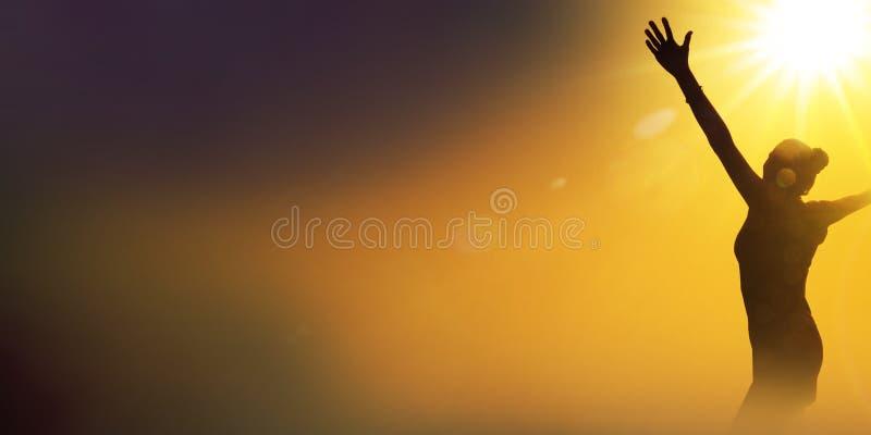 Schattenbild einer glücklichen tanzenden Frau stockfotografie