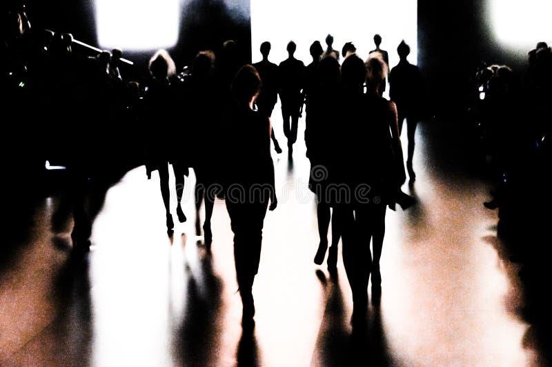 Schattenbild einer Gruppe Modelle in der Bewegung lizenzfreie stockfotos