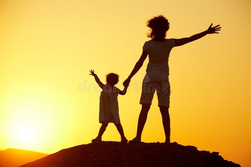 Schattenbild einer jungen Frau mit einem Kind lizenzfreies stockbild