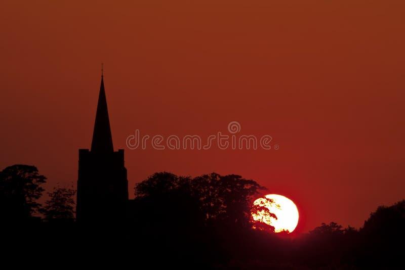 Schattenbild einer Kirche bei Sonnenuntergang stockfotos