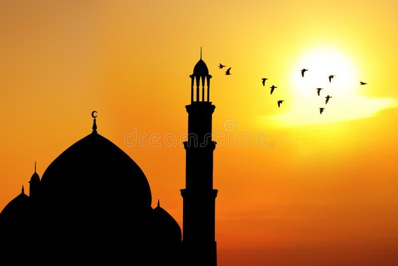 Schattenbild einer Moschee während des Sonnenuntergangs stockfotografie