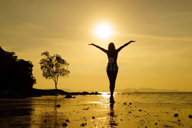 Schattenbild einer Schönheit am Strand in Thailand an den Sonnen stockfotografie