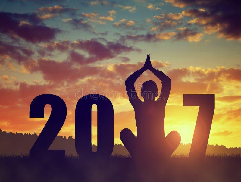 Schattenbild eines übenden Yoga des Mädchens im neuen Jahr lizenzfreie stockbilder