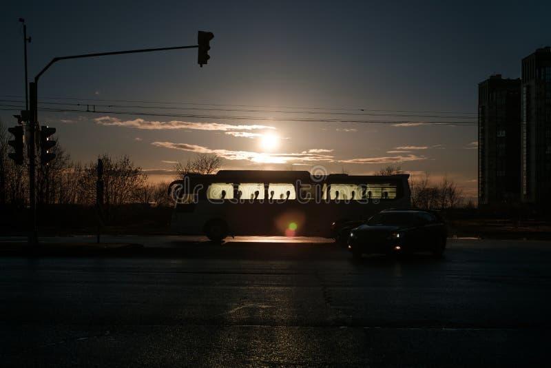 Schattenbild eines Busses im Hintergrund der untergehenden Sonne lizenzfreie stockfotografie