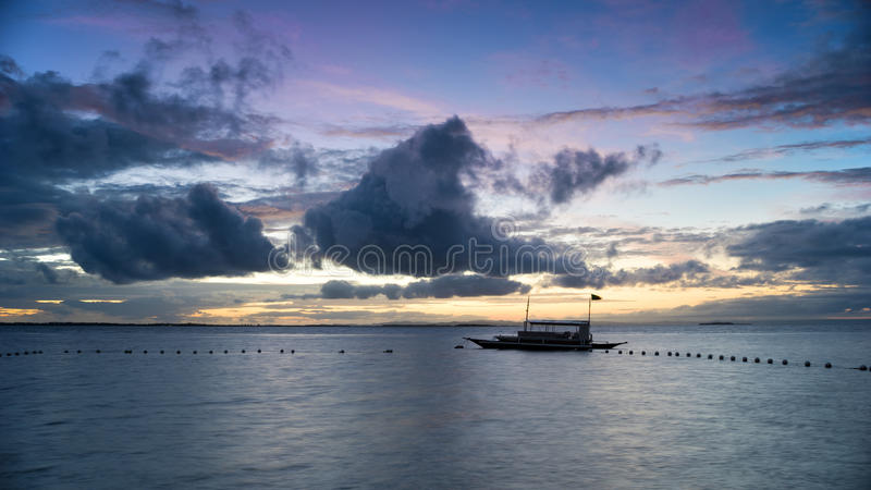 Schattenbild eines Fischerbootes lizenzfreie stockbilder