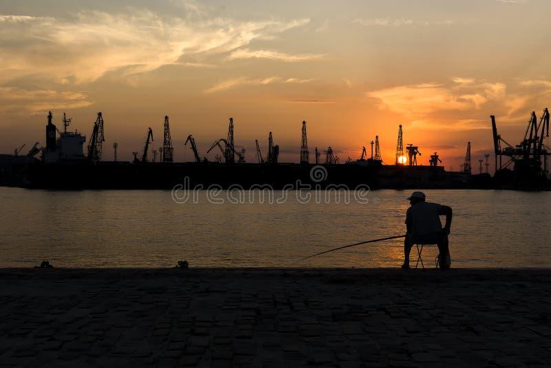 Schattenbild eines Fischers lizenzfreies stockfoto