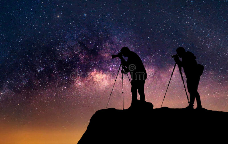 Schattenbild eines Fotografen der, der eine Milchstraße schießt lizenzfreie stockfotos