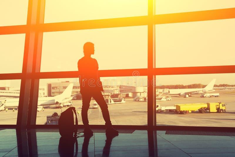 Schattenbild eines Frauenreisenden mit Rucksack im Flughafenaufenthaltsraum Gesch?ft und Reise stockfotos