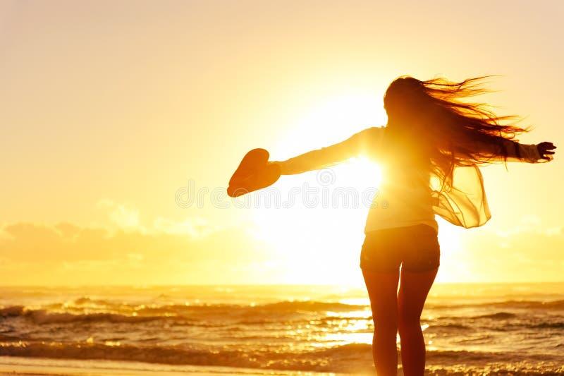 Schattenbild eines Frauentanzens durch den Ozean lizenzfreies stockfoto