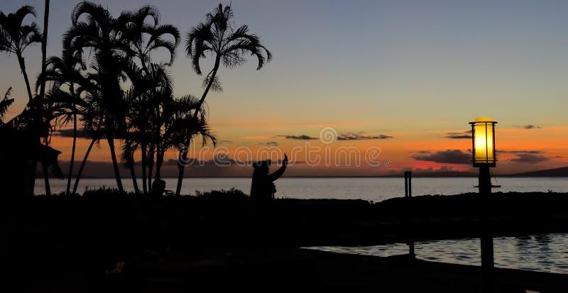 Schattenbild eines hawaiischen hula Tänzers bei Sonnenuntergang mit Palmen auf dem Strand, Lahaina, Maui, Hawaii lizenzfreie stockfotografie