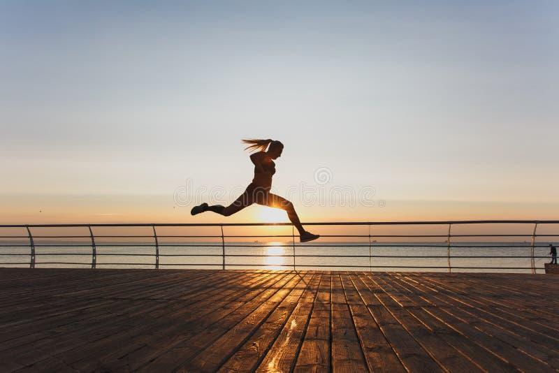Schattenbild eines jungen schönen athletischen Mädchens mit langem blondem ha lizenzfreie stockbilder