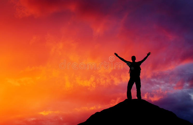 Schattenbild eines Mannes auf eine Gebirgsoberseite stockfotografie