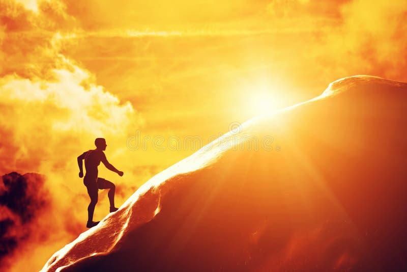 Schattenbild eines Mannes, der oben Hügel zur Spitze des Berges laufen lässt stock abbildung