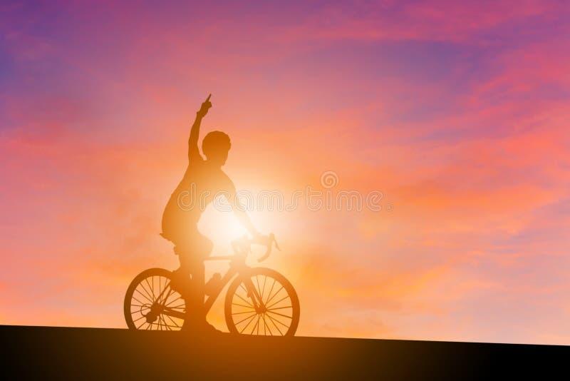Schattenbild eines Radfahrermannes mit dem Beschneidungspfad, der ein Straßenbi reitet lizenzfreies stockfoto