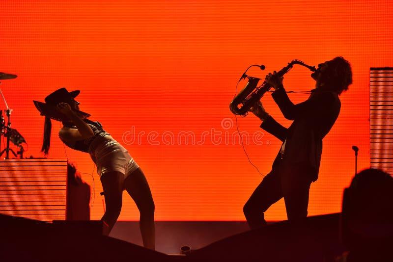 Schattenbild eines Saxophonspielers und und des Frauensängers auf dem s lizenzfreies stockbild