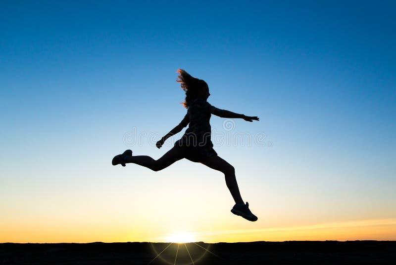 Schattenbild eines schönen glücklichen gesunden Frauentänzers stockfotografie