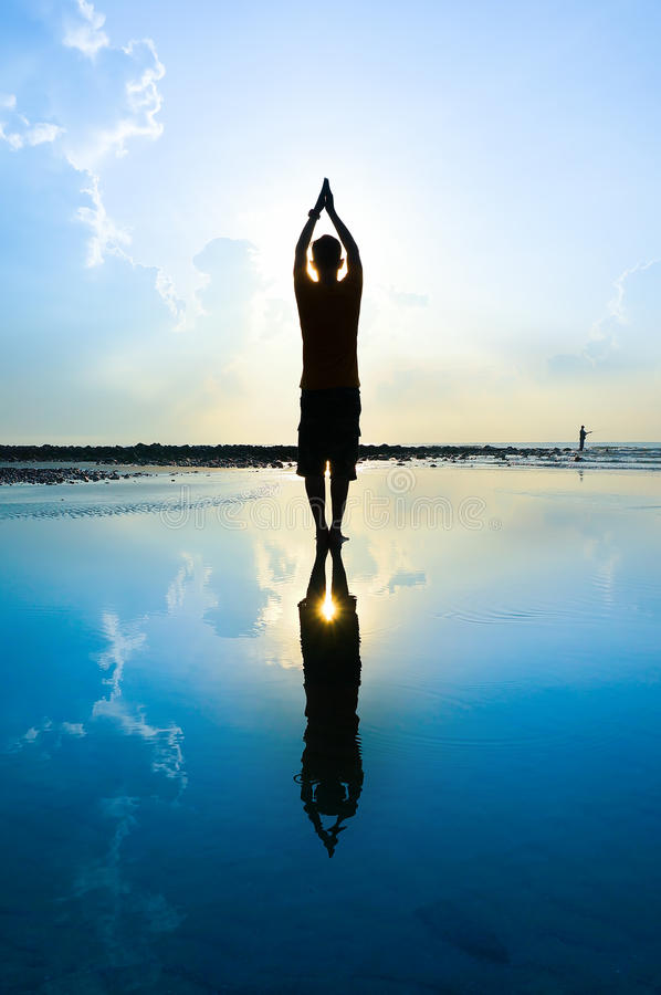 Schattenbild eines Yogamannes stockfoto