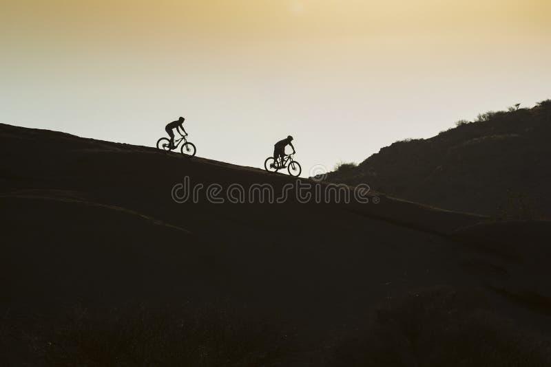 Schattenbild-Gebirgsradfahren lizenzfreies stockbild