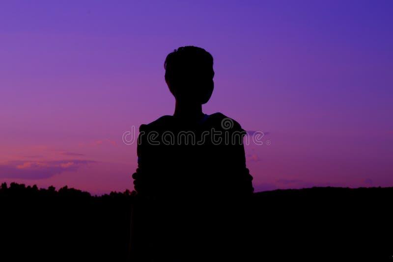 Schattenbild im purpurroten Himmel stockfotos