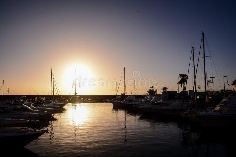 Schattenbild-Maste bei Sonnenuntergang lizenzfreie stockfotos