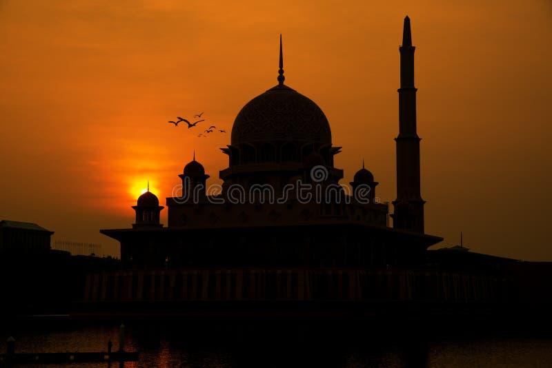 Schattenbild roter Moschee Putrajayas während des Sonnenaufgangs in Malaysia lizenzfreie stockfotografie