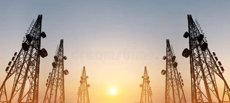 Schattenbild, Telekommunikation ragt mit Fernsehantennen und -Satellitenschüssel im Sonnenuntergang, Panoramazusammensetzung hoch lizenzfreie stockbilder