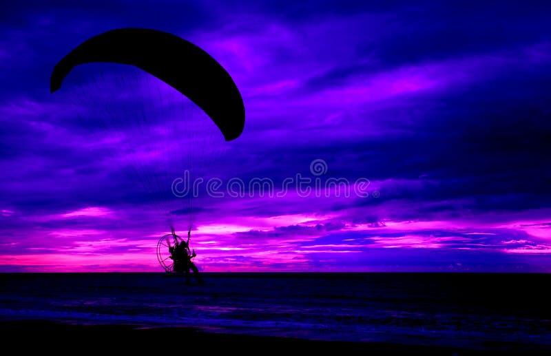 Schattenbild Versuchs-paramotor Sonnenuntergang-Seehintergrund stockbild