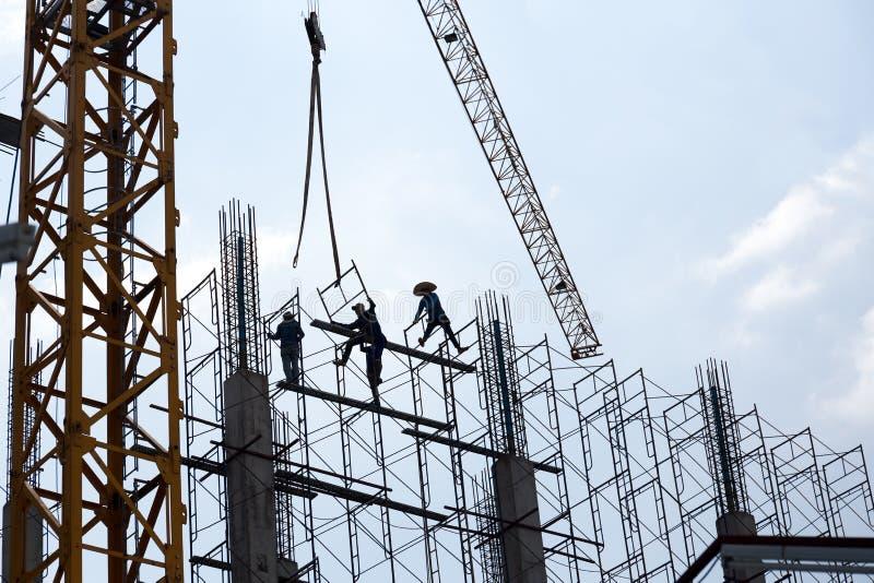 Schattenbild von Arbeitskräften auf Hochbaustandort stockfotografie