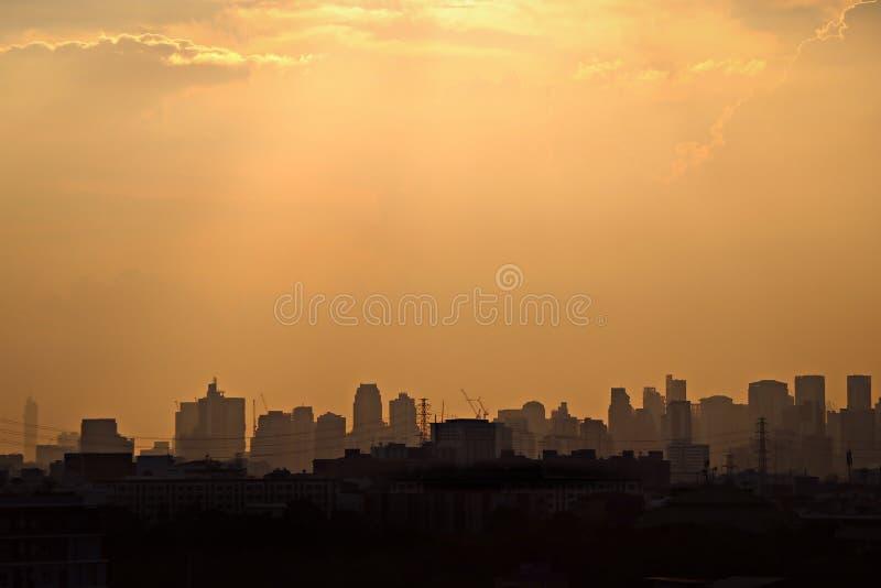 Schattenbild von Bangkok-Stadt mit klarem Himmelsonnenunterganghintergrund lizenzfreies stockbild