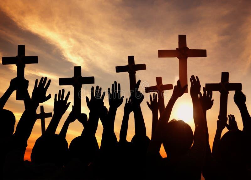 Schattenbild von den Christen, die Kreuze halten lizenzfreie stockbilder