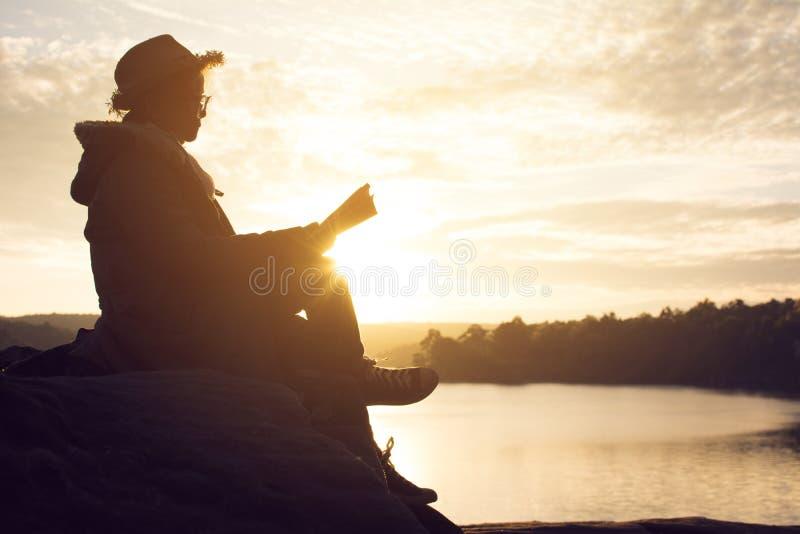 Schattenbild von den glücklichen alten Frauen, die ein Buch lesen lizenzfreie stockfotos