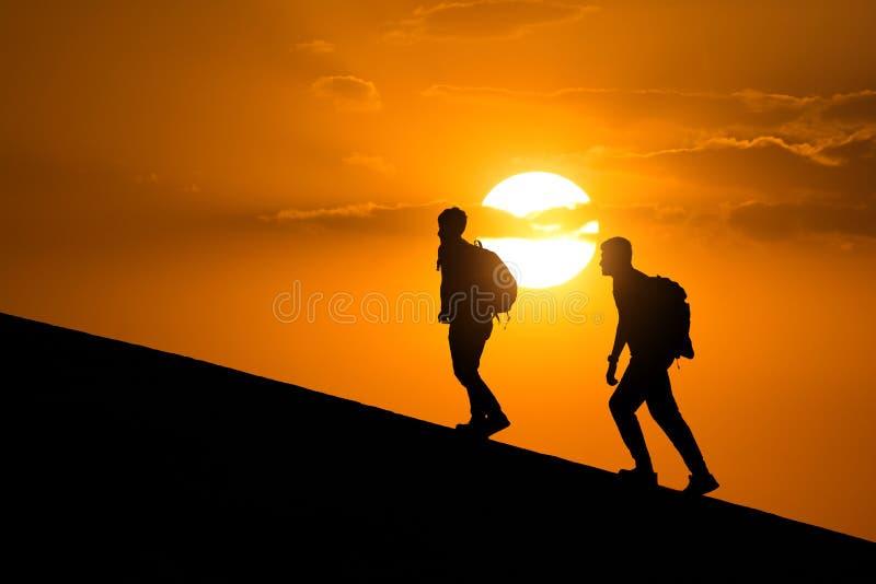 Schattenbild von den Wanderern, Seitenansicht der Leute gehend in Richtung zu erfolgreichem Reise- und Erfolgskonzept lizenzfreie stockbilder