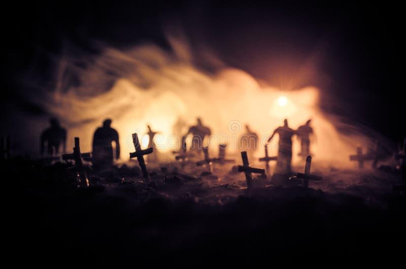 Schattenbild von den Zombies, die über Kirchhof in der Nacht gehen Horror-Halloween-Konzept der Gruppe Zombies nachts stockfotografie