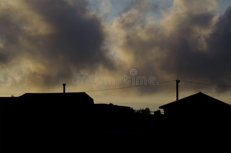 Schattenbild von Dorfhäusern gegen stockfotografie