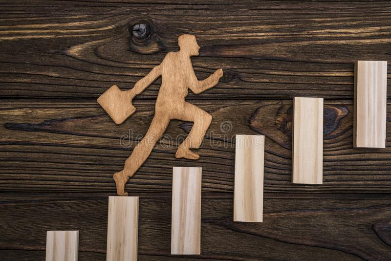 Schattenbild von einem natürlichen Baum Ein Geschäftsmann mit einem Portfolio steigt oben die Treppe seiner Karriere lizenzfreies stockfoto