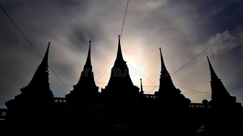 Schattenbild von fünf Helm-Pagoden am buddhistischen Tempel stockfotografie