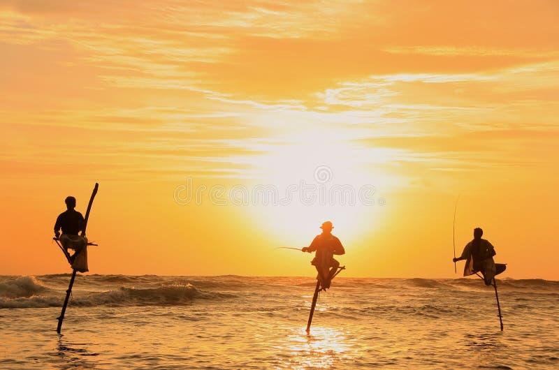 Schattenbild von Fischern bei Sonnenuntergang, Unawatuna, Sri Lanka stockfotos