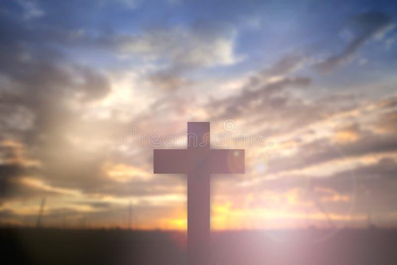 Schattenbild von Jesus mit kreuzen vorbei Sonnenuntergangkonzept für Religion, lizenzfreie stockfotografie