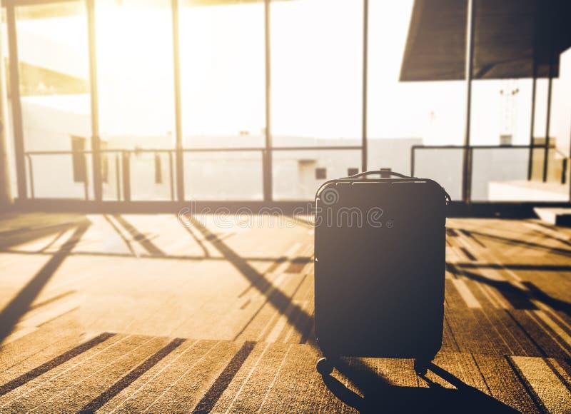 Schattenbild von Koffern im Morgenlicht an Flughafenabfahrt te lizenzfreie stockfotos