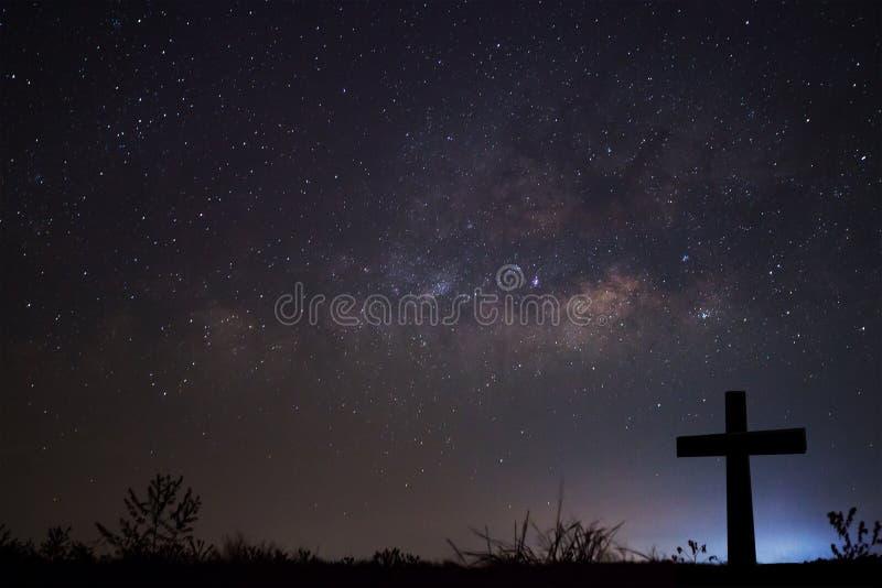 Schattenbild von kreuzen vorbei Milchstraßehintergrund, langes Belichtung phot stockfotografie