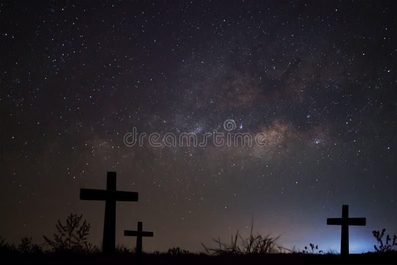 Schattenbild von kreuzen vorbei Milchstraßehintergrund, langes Belichtung phot lizenzfreies stockbild