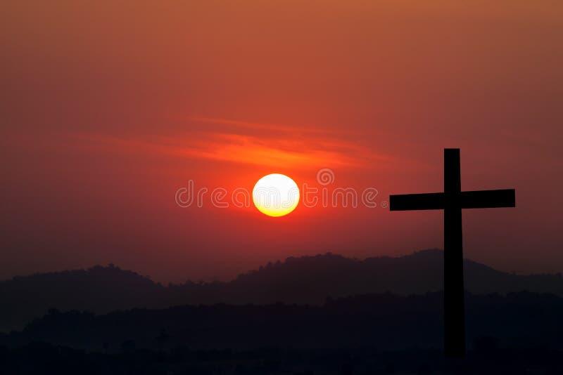 Schattenbild von kreuzen vorbei Sonnenunterganghintergrund lizenzfreies stockfoto