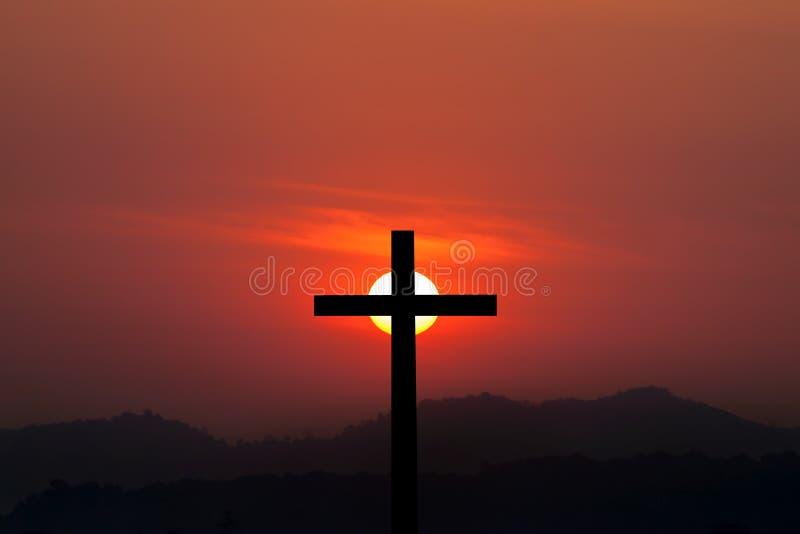 Schattenbild von kreuzen vorbei Sonnenunterganghintergrund lizenzfreie stockfotografie